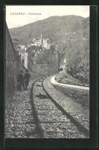 AK Locarno, Funicolare, Männer stehen an den Gleisen, Bergbahn