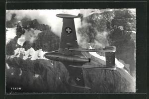 AK Schweizerisches Kampfflugzeug vom Typ Venom über den Alpen