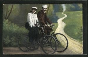 AK Paar bei einer Fahrradtour ins Grüne
