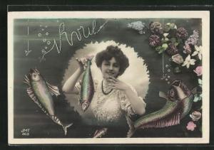 AK Dame hält einen Fisch in der Hand, Gruss zum 1. April