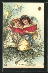 Präge-AK Weihnachtsengel sitzen in den Tannenzweigen und lesen ein Buch, A merry Christmas