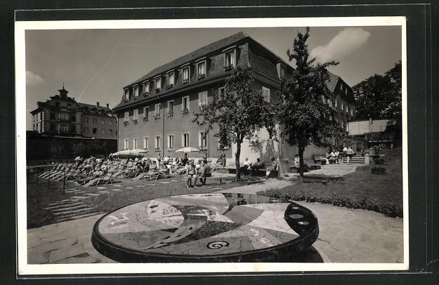 Foto-AK Basel, Gebäude mit Garten und Liegestühlen 0
