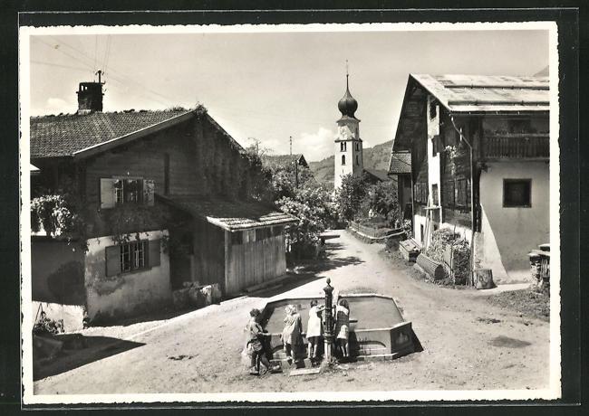 Foto-AK Fanas, Dorfplatz, Kirche und Brunnen 0