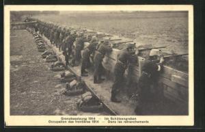 AK Soldaten in Uniformen im Schützengraben, Schweizerische Grenzbesetzung 1914