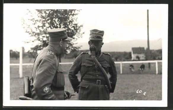 Foto-AK Zwei Schweizer Soldaten in Uniformen mit Gasmaske 0