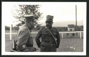 Foto-AK Zwei Schweizer Soldaten in Uniformen mit Gasmaske