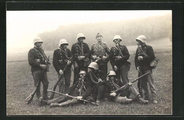 Foto-AK Schweizer Soldaten in Uniformen mit Gasmasken und Gewehren 0