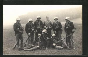 Foto-AK Schweizer Soldaten in Uniformen mit Gasmasken und Gewehren