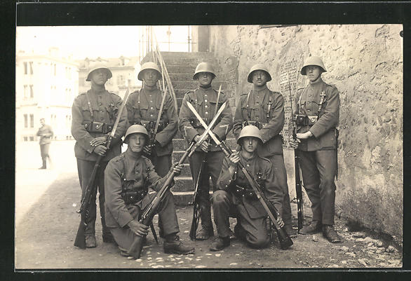 AK Schweizer Soldaten in Uniformen mit Gewehren 0