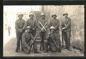 AK Schweizer Soldaten in Uniformen mit Gewehren