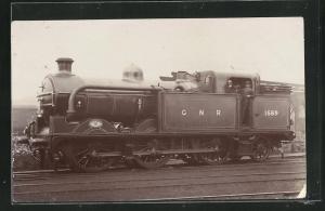 AK englische Eisenbahn, 1569, G N R, Lokomotive mit Zugführer