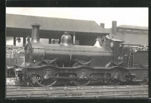 AK Englische Eisenbahn No. 711 auf dem Bahnhofsgelände