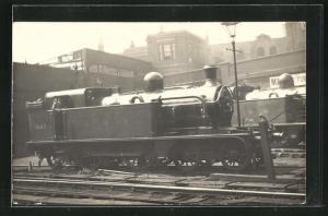 AK englische Eisenbahn der Gesellschaft GNR mit Kennung 1547 im Bahnhof