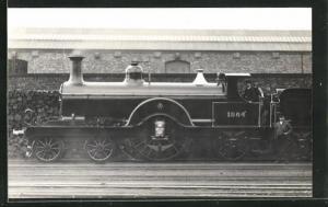 AK englische Eisenbahn mit Kennung 1864 vor einem Bahnhofsgebäude stehend