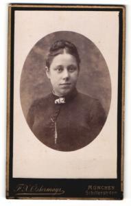 Fotografie Atelier Ostermayr, München, Portrait junge Brünette mit schwarzer Bluse