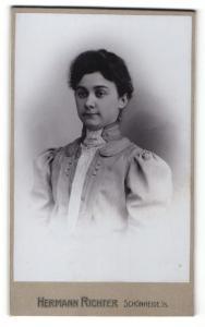Fotografie Hermann Richter, Schönheide i/S., Frau im Kleid mit Puffärmeln