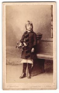 Fotografie D. Wettern, Hamburg Altona, Mädchen im Mantel stehend mit Blumenkorb in der Hand