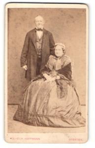Fotografie Wilhelm Hoffmann, Dresden, Mann im Anzug stehend hinter Frau im Kleid sitzend