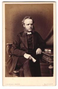 Fotografie F. R. Ryles, Burslem, Mann im Anzug sitzend mit Backenbart