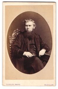 Fotografie F. R. Ryles, Burslem, Mann im Anzug sitzend mit Vollbart