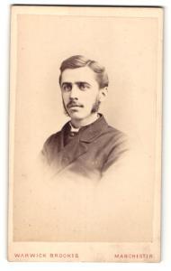 Fotografie Warwick Brookes, Manchester, Mann mit Kotletten und Oberlippenbart