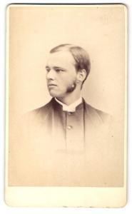 Fotografie Hyne & Co., Blackheath Village, Mann im Anzug mit Kotletten und Seitenscheitel