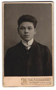 Fotografie Carl Fleischmann, Heilbronn a/N., junger Mann im Anzug mit schmalem Binder
