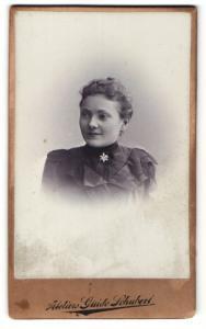 Fotografie Guido Schubert, Dresden, junge Frau im Kleid mit auffälliger Brosche am Kragen
