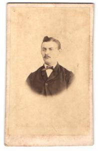 Fotografie H. Nebbten, Oldenburg, Mann im Anzug mit schmaler Fliege und auffälliger Frisur