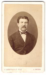 Fotografie F. Berthault Fils, Angers, Mann im Anzug mit schmaler Fliege und Schnauzbart