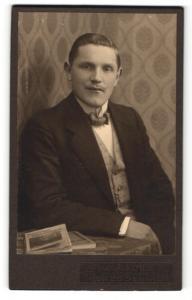Fotografie Max Fischer, Dresden, Mann im Anzug sitzend mit Fliege