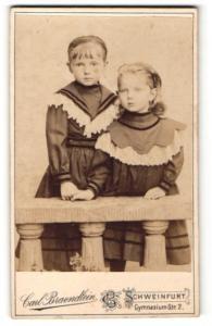 Fotografie Carl Braendlein, Schweinfurt, Zwei Mädchen im Kleid hinter Geländer stehend