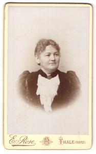 Fotografie E. Rose, Thale (Harz), Frau im Kleid mit Halsband und Brosche daran