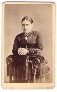 Fotografie J. Laing, Shrewsbury, Frau mit Halskette und Amulett