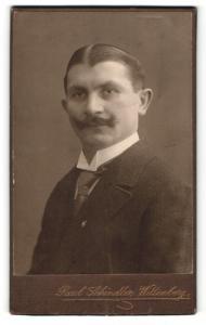 Fotografie Paul Schindler, Wittenberg, Portrait stattlicher Herr mit Scheitel und Schnurrbart