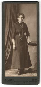 Fotografie R. Laube, Bilin, Frau im Kleid stehend mit Halskette