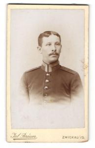 Fotografie Jul. Bräuer, Zwickau i. S., Portrait stattlicher Soldat in interessanter Uniform