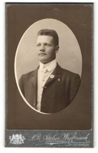 Fotografie Atelier Wretmark, Stockholm, Portrait stattlicher junger Mann mit Kampfabzeichen