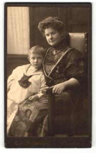 Fotografie Rud. Lichtenberg, Osnabrück, Portrait Frau im hübschen Kleid auf Stuhl sitzend u. Junge im Matrosenanzug