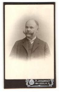 Fotografie A. Jandorf & Co., Berlin-S, Portrait Herr mit imposantem Schnauzbart