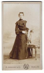 Fotografie A. Jandirf & Co., Berlin, Frau stehend im Kleid mit Kopfschmuck