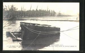 AK Montreuil, Eisenbahnkatastrophe von Montreuil-Bellay 1911, Eisenbahnwaggon im Fluus
