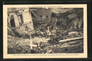 AK Lyon-Saint-Jean, La Catastrophe, Dans la rue Tramassac les equiques militaires travaillent sans relache