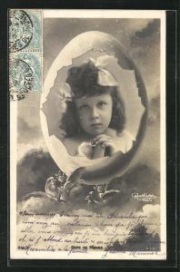 Foto-AK Atelier Reutlinger, Paris: niedliches Mädchen mit weissen Haarschleifen in einem Ei