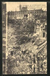 AK Lyon-Saint-Jean, La catastrophe, Les sauveteurs travaillent avec ardeur pour les nombreuses victime