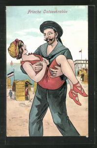 AK Frische Ostseekrabbe, Matrose hält ein Mädchen in Bademode im Arm