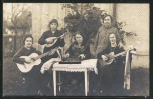 Foto-AK Frauen beim Musizieren mit Zither und Gitarren
