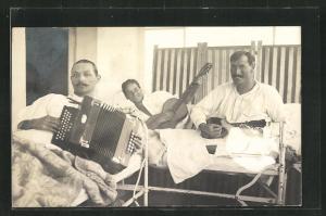 Foto-AK Patienten im Lazarett musizieren mit Akkordeon und Gitarre
