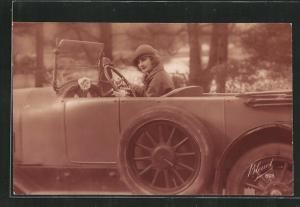 AK Hübsche Frau am Steuer ihres Autos