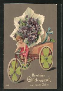 Präge-Künstler-AK Engel fährt auf einem Fahrrad mit grossem Blumenstrauss als Ladung, Kleeblatträder